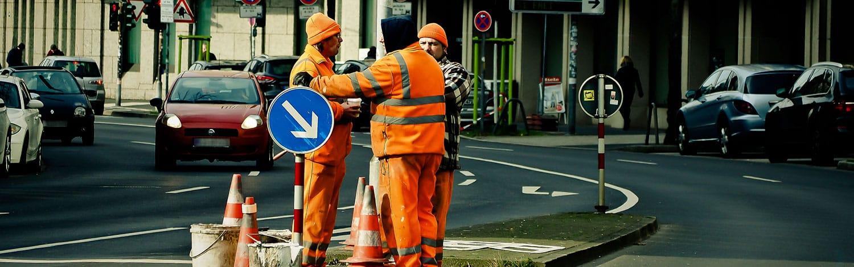 Ouvriers de travaux publics en tenu de travail séchée
