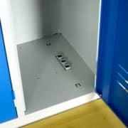 Bouche de sortie d'air dans la base du casier de droite du vestiaire ventilé Industrie Propre